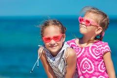 αδελφές παραλιών που στέκονται δύο Στοκ εικόνα με δικαίωμα ελεύθερης χρήσης