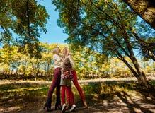 Αδελφές που αγκαλιάζουν στο πάρκο Στοκ φωτογραφίες με δικαίωμα ελεύθερης χρήσης