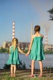 Αδελφές που εξετάζουν τους καπνοδόχος-σωρούς εγκαταστάσεων Στοκ Φωτογραφίες