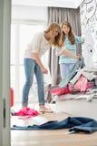 Αδελφές που καθαρίζουν την κρεβατοκάμαρα στοκ φωτογραφία με δικαίωμα ελεύθερης χρήσης