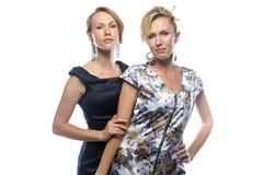 Αδελφές που στέκονται στο άσπρο υπόβαθρο Στοκ Φωτογραφίες
