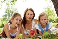 αδελφές που στηρίζονται το καλοκαίρι στο πάρκο Στοκ Εικόνα