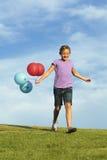 Αδελφές που τρέχουν με τα μπαλόνια στοκ εικόνα