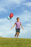 Αδελφές που τρέχουν με τα μπαλόνια στοκ φωτογραφίες