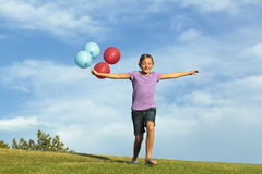 Αδελφές που τρέχουν με τα μπαλόνια στοκ εικόνες με δικαίωμα ελεύθερης χρήσης