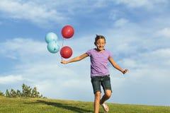 Αδελφές που τρέχουν με τα μπαλόνια στοκ φωτογραφία με δικαίωμα ελεύθερης χρήσης