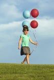 Αδελφές που τρέχουν με τα μπαλόνια στοκ εικόνες