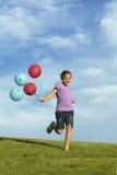 Αδελφές που τρέχουν με τα μπαλόνια στοκ εικόνα με δικαίωμα ελεύθερης χρήσης