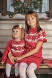 Αδελφές στο χρόνο Χριστουγέννων Στοκ Φωτογραφίες