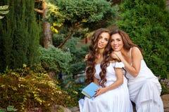 αδελφές δύο Οικογενειακός χρόνος αγκαλιάστε Στοκ φωτογραφία με δικαίωμα ελεύθερης χρήσης
