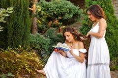 αδελφές δύο Οικογενειακός χρόνος Στοκ εικόνες με δικαίωμα ελεύθερης χρήσης