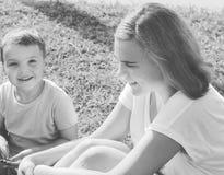 αδελφή παιχνιδιού αδελφ Κορίτσι Smilling Στοκ εικόνες με δικαίωμα ελεύθερης χρήσης