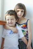 Αδελφή που αγκαλιάζει τον ευτυχή αδελφό της στοκ φωτογραφίες με δικαίωμα ελεύθερης χρήσης
