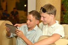 Αδελφοί με την ταμπλέτα στοκ εικόνα με δικαίωμα ελεύθερης χρήσης