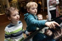 Αδελφοί που παίζουν με την οθόνη αφής στοκ φωτογραφία με δικαίωμα ελεύθερης χρήσης
