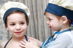Αδελφοί που παίζουν στην κουζίνα στοκ εικόνες