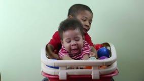 Αδελφοί που παίζουν στο εσωτερικό Ένας μικρός αδελφός απόθεμα βίντεο