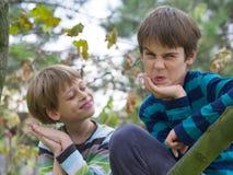 αδελφοί που παίζουν δύο Στοκ φωτογραφία με δικαίωμα ελεύθερης χρήσης