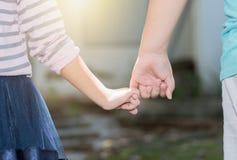 Αδελφός και αδελφές που κρατούν χέρι-χέρι Στοκ φωτογραφία με δικαίωμα ελεύθερης χρήσης