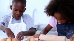 Αδελφός και αδελφή που κατασκευάζουν τα μπισκότα απόθεμα βίντεο