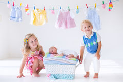 Αδελφός και αδελφή που φιλούν το νεογέννητο μωρό Στοκ φωτογραφίες με δικαίωμα ελεύθερης χρήσης