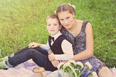 Αδελφός και αδελφή στο πικ-νίκ στοκ φωτογραφία με δικαίωμα ελεύθερης χρήσης