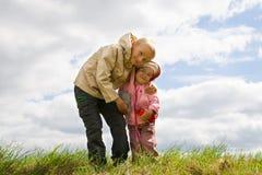Αδελφός που αγκαλιάζει την αδελφή Στοκ φωτογραφίες με δικαίωμα ελεύθερης χρήσης