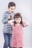 Αδελφός που υποστηρίζει με τη μικρή αδελφή του στοκ εικόνα