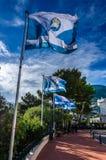 Αλληλεπίδραση των μπλε σημαιών στο υπόβαθρο ουρανού στο Μονακό Στοκ Εικόνα