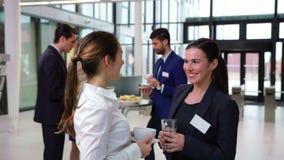 Αλληλεπίδραση χαμόγελου businesspeople η μια με την άλλη κατά τη διάρκεια του σπασίματος φιλμ μικρού μήκους
