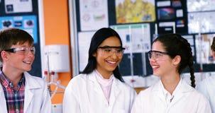 Αλληλεπίδραση χαμόγελου schoolkids στο εργαστήριο φιλμ μικρού μήκους