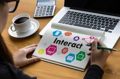 Αλληλεπιδράστε επικοινωνεί η εργασία ότι επιχειρηματιών συνδέει τα κοινωνικά μέσα έτσι διανυσματική απεικόνιση