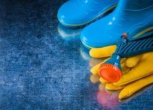 Αδιάβροχα λαστιχένια γάντια ασφάλειας δέρματος μποτών και πιστόλι κήπων Στοκ εικόνες με δικαίωμα ελεύθερης χρήσης