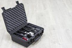 Αδιάβροχη πλαστική περίπτωση με τον εξοπλισμό φωτογραφιών μέσα Στοκ Εικόνες