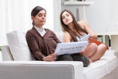 Αδιάκριτο έφηβη που διαβάζει μια επιχειρησιακή έκθεση Στοκ φωτογραφία με δικαίωμα ελεύθερης χρήσης