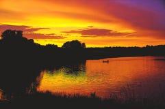 Αλιεία λιμνών ηλιοβασιλέματος Στοκ εικόνες με δικαίωμα ελεύθερης χρήσης
