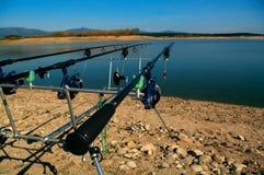 Αλιεία κυπρίνων Να ψαρεψει δύο σκηνή Κοίταγμα κατά μήκος τριών ράβδων κυπρίνων προς μια λίμνη Στοκ φωτογραφία με δικαίωμα ελεύθερης χρήσης