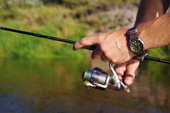 Αλιεία με μια περιστροφή στον ποταμό στοκ εικόνες