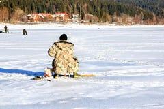 Αλιεία στην παγωμένη λίμνη Στοκ Εικόνες