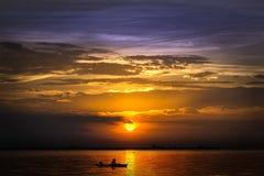 Αλιεία στο ηλιοβασίλεμα Στοκ εικόνες με δικαίωμα ελεύθερης χρήσης