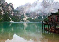 Αλιεία της καλύβας στη λίμνη Braies στο βουνό Dolomiti στις ιταλικές Άλπεις Στοκ Φωτογραφία