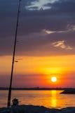 Αλιεία της ράβδου στο λυκόφως Στοκ φωτογραφία με δικαίωμα ελεύθερης χρήσης