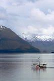 Αλιεία του αλιευτικού πλοιαρίου στον κόλπο Αλάσκα παγετώνων Στοκ Εικόνα