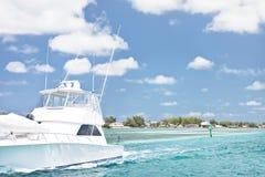 Αλιεία του σκάφους με τους εξοπλισμούς στην παραλία στοκ φωτογραφίες