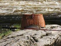 Αλιεία του ψαροκόφινου με την πέστροφα ρυακιών Στοκ φωτογραφία με δικαίωμα ελεύθερης χρήσης