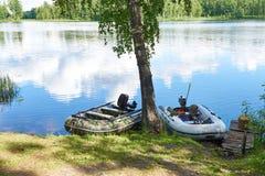 Αλιεία των βαρκών μηχανών στην ακτή της λίμνης Στοκ εικόνα με δικαίωμα ελεύθερης χρήσης