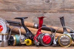 Αλιεία των εξοπλισμών στον πίνακα ξυλείας Στοκ Εικόνες