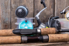 Αλιεία των εξοπλισμών στο κάθετο ξύλινο υπόβαθρο πινάκων Στοκ Εικόνες