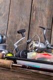 Αλιεία των εξοπλισμών στο κάθετο ξύλινο υπόβαθρο πινάκων Στοκ φωτογραφία με δικαίωμα ελεύθερης χρήσης