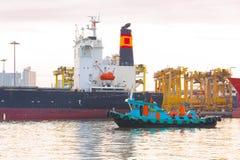 Αλιεία των σκαφών εκτός από το σκάφος φορτίου φορτίου εμπορευματοκιβωτίων το πρωί Στοκ φωτογραφία με δικαίωμα ελεύθερης χρήσης